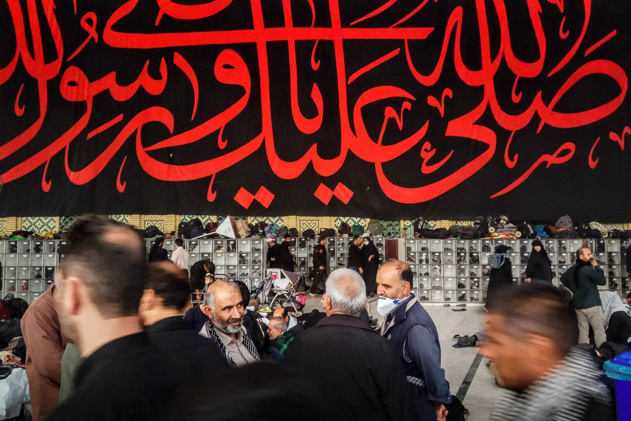 Shiite worshipers at the Imam Ali shrine in Najaf, Iraq. The sanctuary is essential for pilgrims, since he is the first imam and the fourth caliph of Islam, son-in-law of the prophet Muhammad.