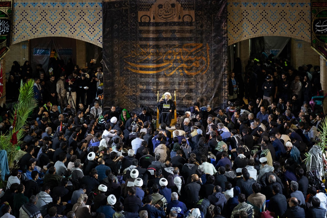 At the Imam Reza rest area, Hojatoleslam Ali Reza Panahian speaks to the faithful about the martyrdom of Imam Hussein in Karbala